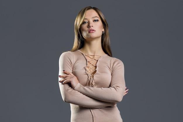 Ragazza del modello di moda di bellezza che porta vestito tricottato alla moda