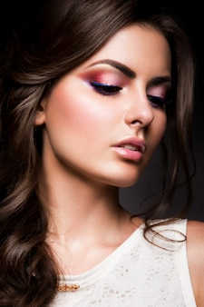 Ragazza del modello di moda di bellezza con trucco luminoso