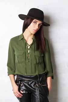 Ragazza del paese nel cappello e blusa verde, ritratto