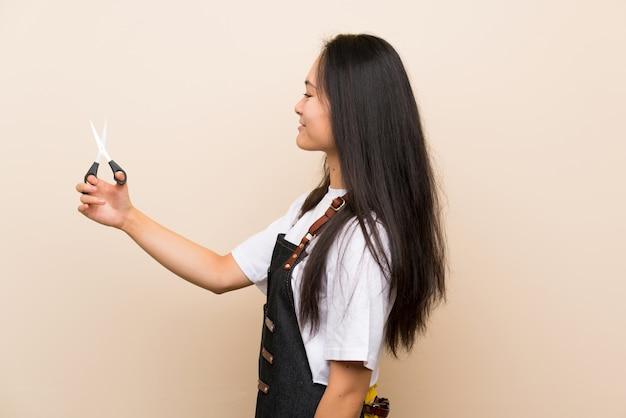 Ragazza del parrucchiere dell'adolescente con l'espressione felice