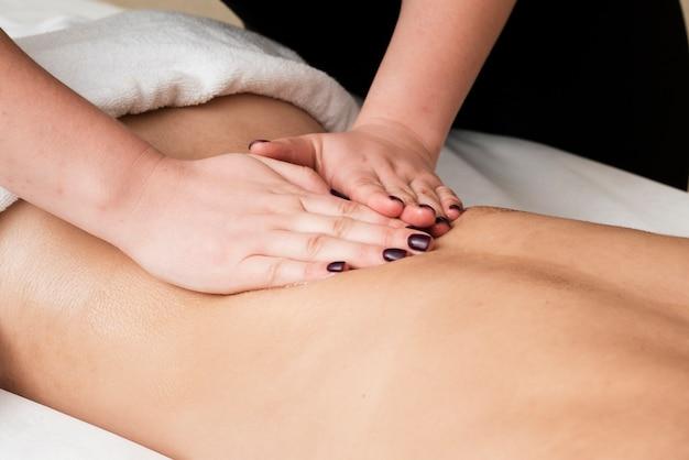 Ragazza del primo piano che ottiene un massaggio rilassante