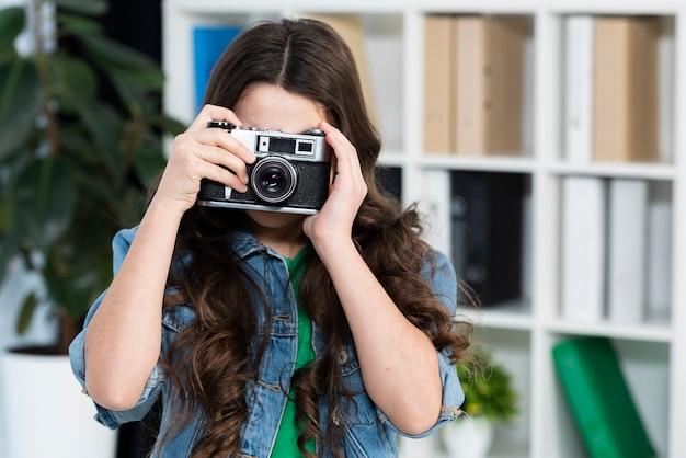 Ragazza del ritratto che cattura le foto