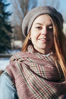 Ragazza del ritratto di stile della via bella in vestiti di inverno