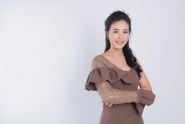 Ragazza del ritratto su spazio bianco, donna asiatica, concetto di bellezza