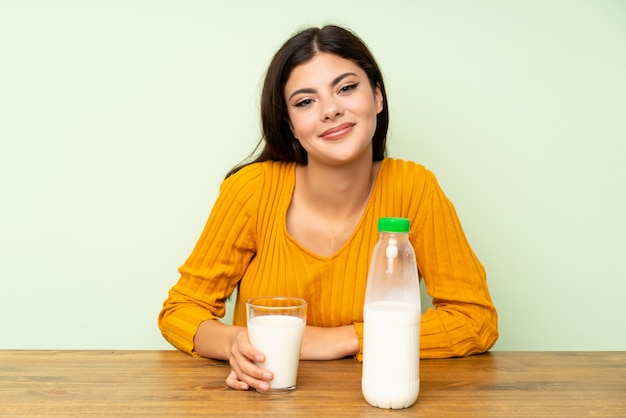 Ragazza dell'adolescente che mangia il latte della prima colazione