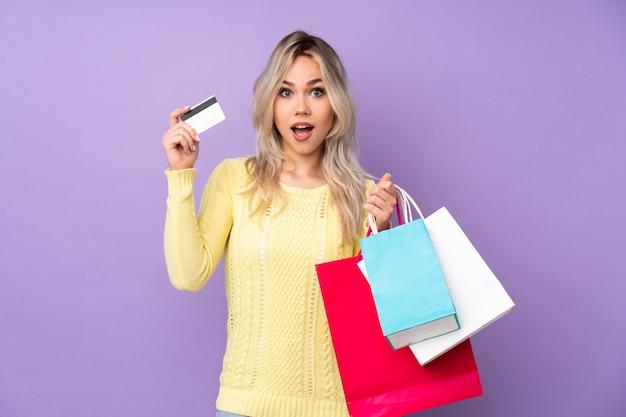 Ragazza dell'adolescente con il sacchetto della spesa