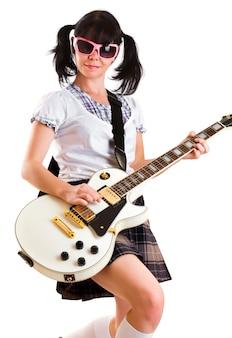 Ragazza dell'adolescente con una chitarra elettrica