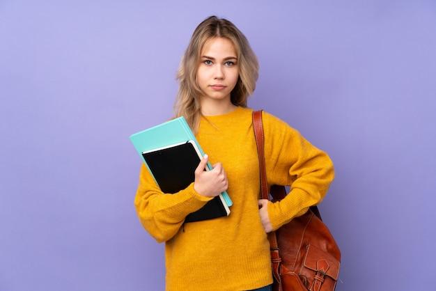 Ragazza dell'allievo russo dell'adolescente sulla parete viola arrabbiata