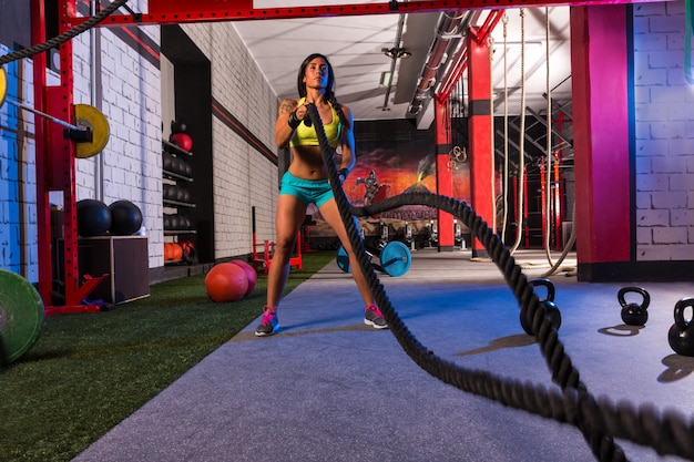 Ragazza delle corde di combattimento all'esercizio di allenamento della palestra