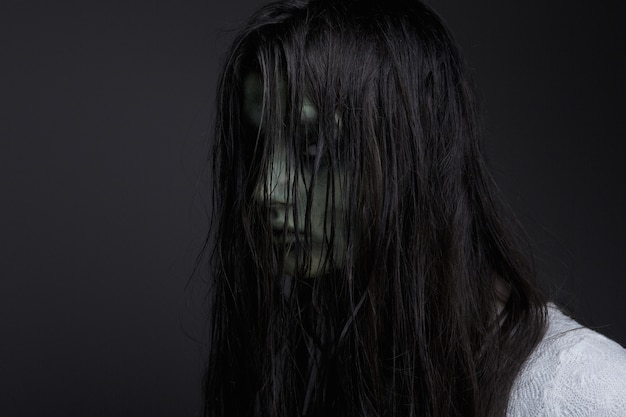 Ragazza demoniaca scura