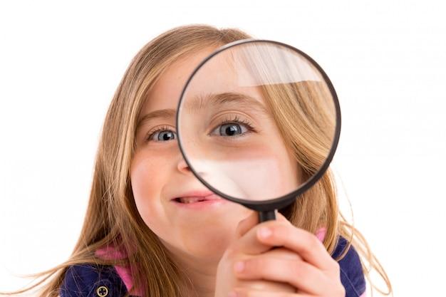 Ragazza dentellata bionda con l'occhio in lente d'ingrandimento