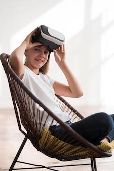 Ragazza di angolo basso con le cuffie da realtà virtuale
