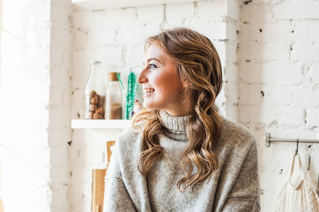 Ragazza di aspetto europeo seduta in cucina, cucina, caffè e tè