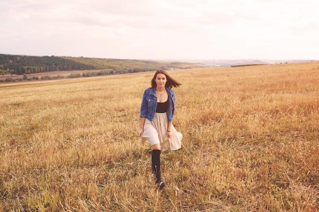 Ragazza di bellezza all'aperto che gode della natura. donna felice libera