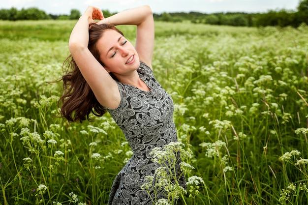 Ragazza di bellezza all'aperto godendo la natura.