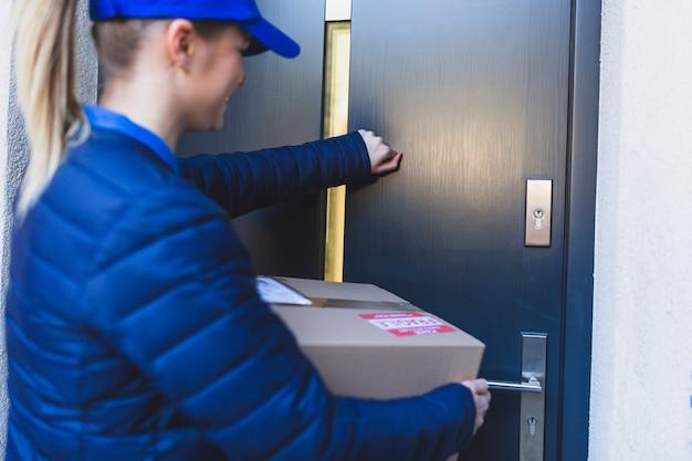 Ragazza di consegna che bussa alla porta