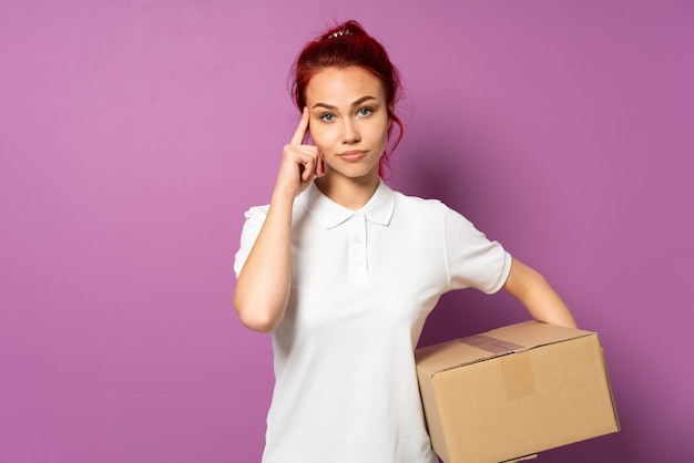 Ragazza di consegna dell'adolescente sulla parete viola che pensa un'idea