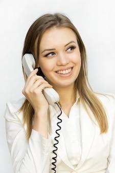 Ragazza di emozione quando parla al telefono