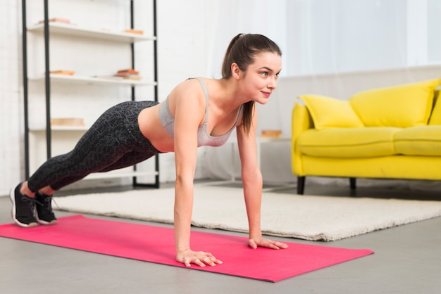 Ragazza di forma fisica che pratica yoga