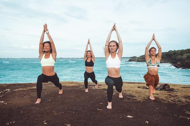 Ragazza di gruppo facendo yoga