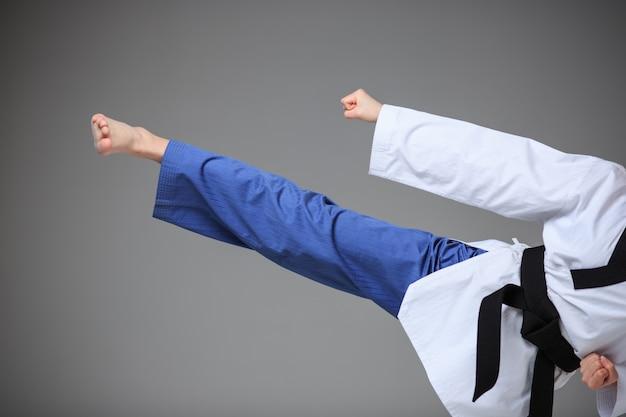Ragazza di karate con cintura nera