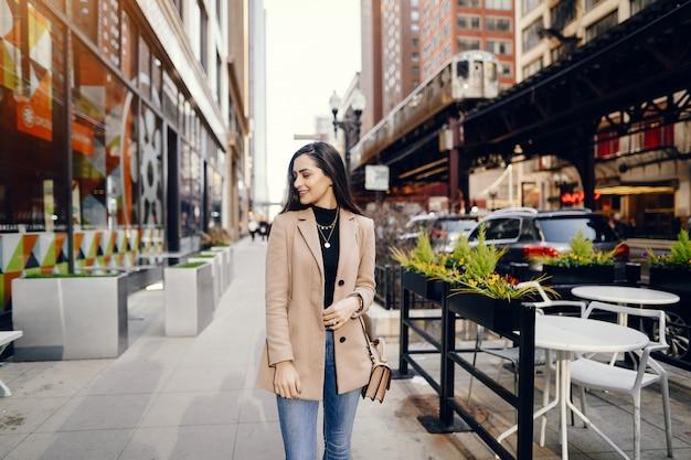 Ragazza di moda che cammina in una città sping