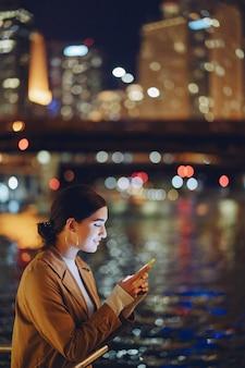 Ragazza di notte con il telefono