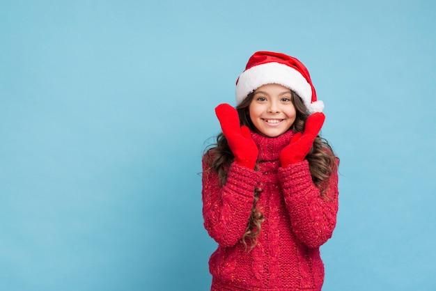Ragazza di smiley copia-spazio in abiti invernali