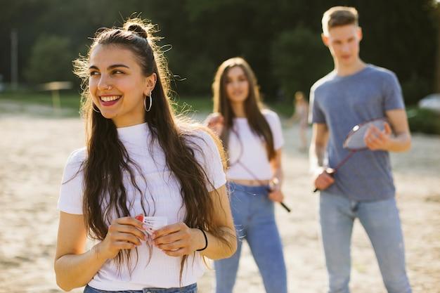 Ragazza di smiley del colpo medio con gli amici vaghi