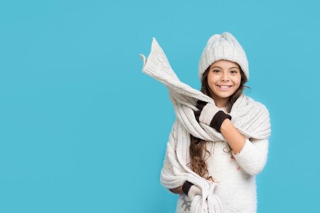 Ragazza di smiley nello spazio-copia dell'abbigliamento di inverno