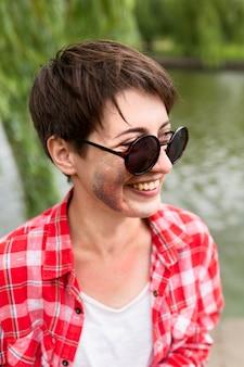 Ragazza di vista laterale con la scintilla sul viso