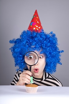 Ragazza divertente con capelli blu e giacca a righe