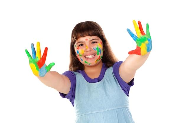 Ragazza divertente con le mani e la faccia piena di vernice