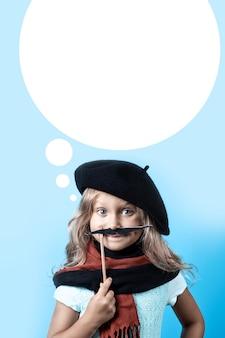 Ragazza divertente in berretto, sciarpa e baffi neri su un bastone su fondo blu