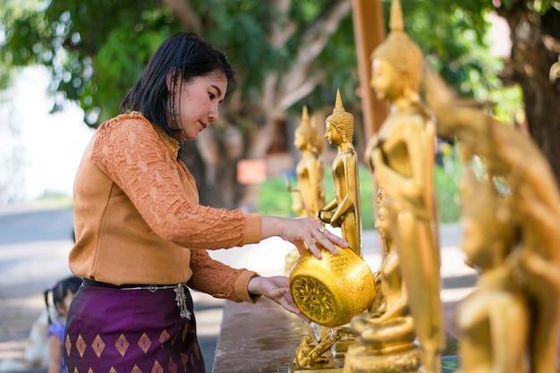 Ragazza doccia buddha acqua nel festival songkran