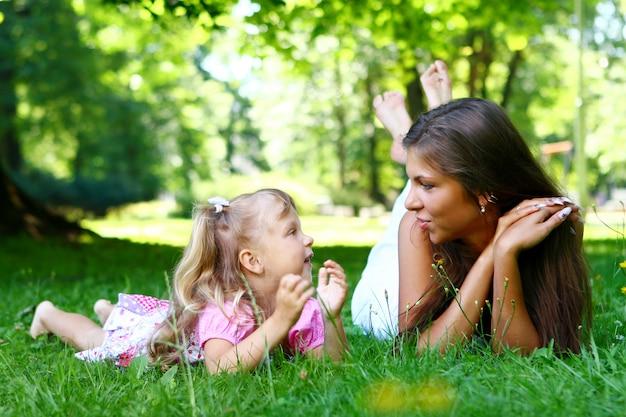 Ragazza dolce e bella con la mamma