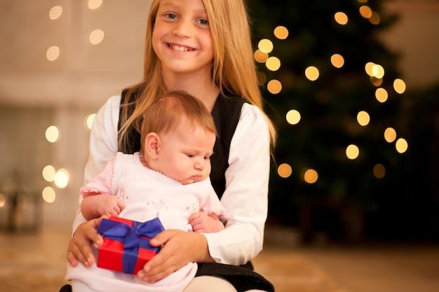 Ragazza e sorella baby a natale
