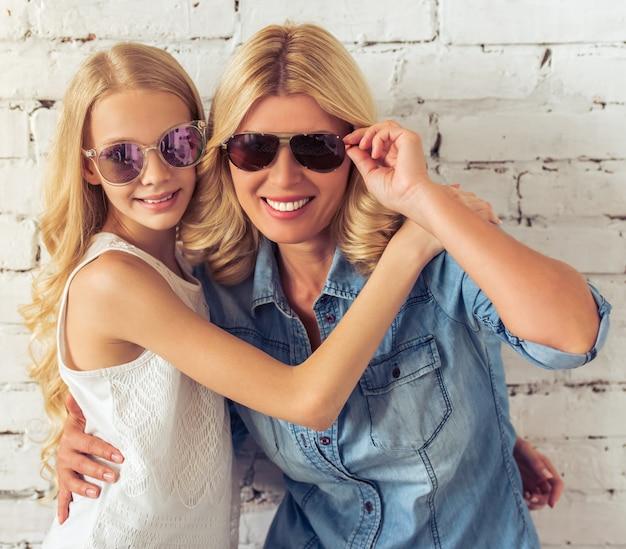 Ragazza e sua madre, con gli occhiali da sole.