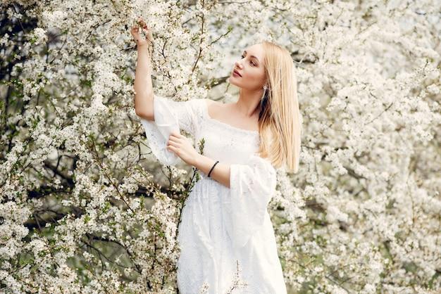 Ragazza elegante ed elegante in un parco di primavera