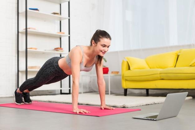 Ragazza facendo esercizio in casa sua