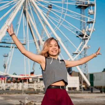 Ragazza felice al parco di divertimenti