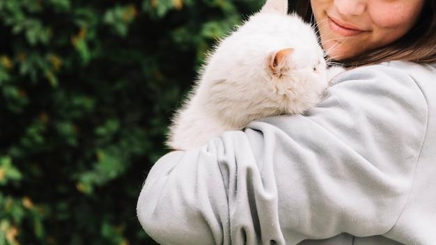 Ragazza felice che posa con il suo gatto