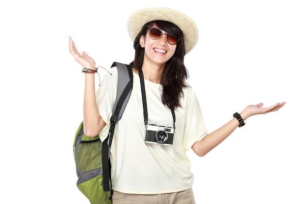 Ragazza felice che va in vacanza