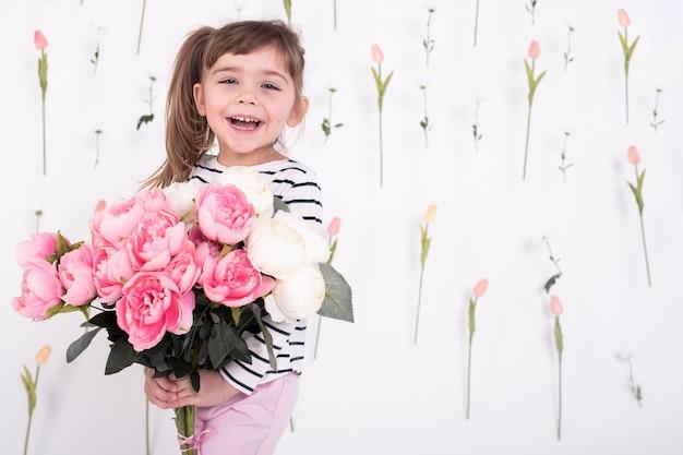Ragazza felice con un bellissimo bouquet di rose