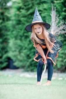 Ragazza felice in costume di halloween con jack zucca. dolcetto o scherzetto
