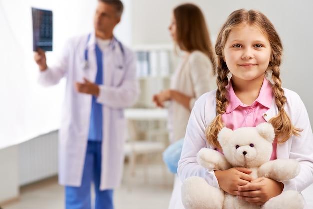 Ragazza felice nel medico