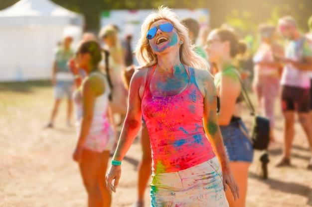 Ragazza felice sul festival di colore di holi