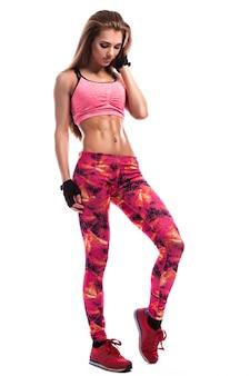 Ragazza fitness con gambe sottili