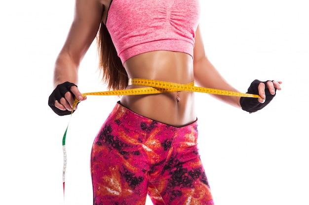 Ragazza fitness e misura di nastro