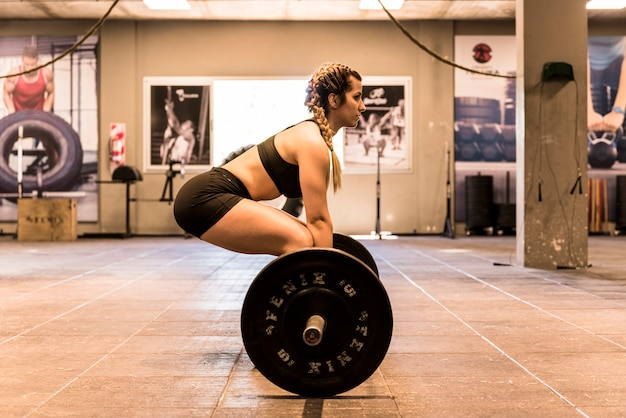 Ragazza fitness sollevamento pesi